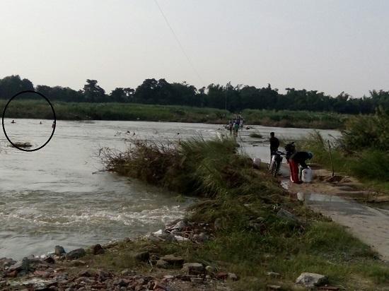 Người dân bơi ra ứng cứu (khu vực khoanh đen).