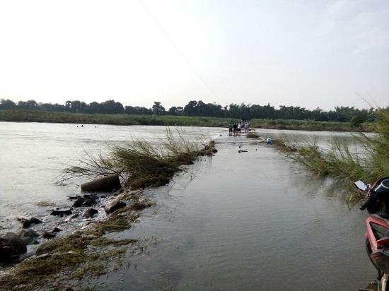 Đoạn đường nạn nhân đi vẫn còn ngập sâu trong nước.